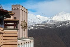 Sochi Rosja, Luty, - 19, 2014: Nowożytny Rixos Krasnaya Polyana hotel Gorky Gorod zimy ośrodka narciarskiego przody na pięknym fotografia royalty free