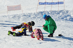 Sochi, Rosja, Luty, 27, 2016, ośrodek narciarski Rosa Khutor Nauczań dzieci narciarstwa, rozgrzewka Zdjęcie Royalty Free
