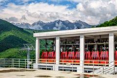 Sochi Rosja, Maj, - 23, 2014: Sceniczny pogodny krajobraz parkować czerwone pasażerskie kabiny przy RusSki Gorki Narciarskiego do Obrazy Stock