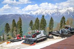 SOCHI, ROSJA, 02 2017 MAJ: Specjalne maszyny dla przygotowania narciarscy bieg na tle góry Zdjęcie Royalty Free