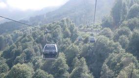 Sochi, Roza Khutor στο θερινό χρόνο funicular ή καλώδιο-σιδηρόδρομος στα βουνά Άποψη καμπινών απόθεμα βίντεο