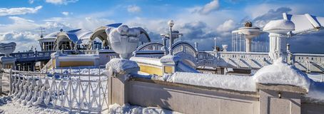 SOCHI, RUSIA - 26 DE ENERO DE 2016: Arquitectura de la playa en la nieve Foto de archivo