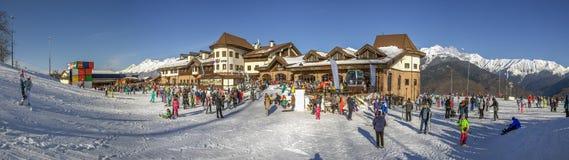 SOCHI, RUSIA - 3 DE ENERO DE 2018: Cuesta del esquí en la estación de esquí de Rosa Khutor Fotografía de archivo