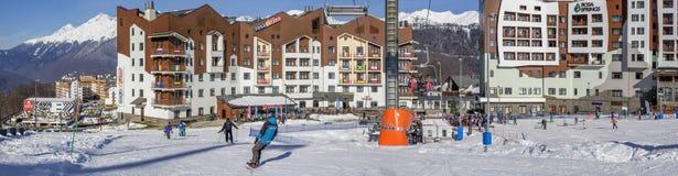 SOCHI, RUSIA - 3 DE ENERO DE 2018: Cuesta del esquí en la estación de esquí de Rosa Khutor Fotos de archivo libres de regalías