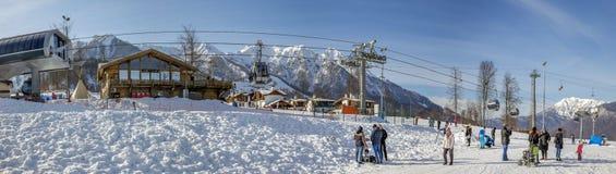 SOCHI, RUSIA - 3 DE ENERO DE 2018: Elevación de la góndola en el fondo de montañas nevosas Rosa Khutor Resort Fotografía de archivo libre de regalías