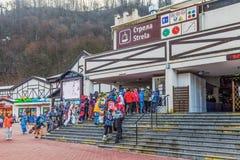 SOCHI, RUSIA - 3 DE ENERO DE 2018: Los Snowboarders y los esquiadores van a las cabinas del teleférico Fotos de archivo libres de regalías