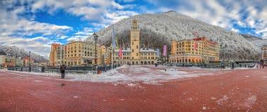 """SOCHI, RUSIA - 10 DE ENERO DE 2015: Mañana en la estación de esquí """"Rosa Khutor"""" Imágenes de archivo libres de regalías"""