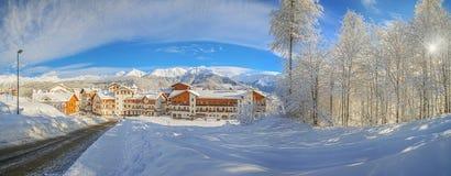SOCHI, RUSIA - 10 DE ENERO DE 2015: Mañana soleada en la estación de esquí Rose Plateau Foto de archivo libre de regalías