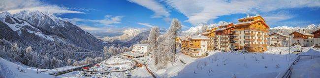 SOCHI, RUSIA - 10 DE ENERO DE 2015: Panorama de la estación de esquí Rose Plateau Fotografía de archivo libre de regalías