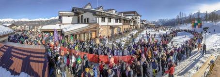 SOCHI, RUSIA - 3 DE ENERO DE 2018: Una línea grande de gente a las cabinas en la elevación Rosa Khutor Resort Imagenes de archivo