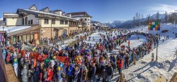 SOCHI, RUSIA - 3 DE ENERO DE 2018: Una línea grande de gente a las cabinas en la elevación Rosa Khutor Resort Fotos de archivo libres de regalías