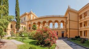 SOCHI, RUSIA - 7 DE JULIO DE 2017: Cámaras acorazadas del sanatorio Sochi Imágenes de archivo libres de regalías