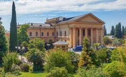 SOCHI, RUSIA - 7 DE JULIO DE 2017: Territorio del sanatorio Sochi Fotografía de archivo libre de regalías