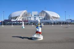 SOCHI, RUSIA - 5 DE JUNIO DE 2017: La mascota del mundial Zabivaka 2018 delante del ` de Fisht del ` del estadio Fotos de archivo