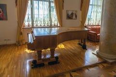 SOCHI, RUSIA 5 DE JUNIO DE 2014: Piano del ` que cornea s, traído de Alemania en 1945 al sanatorio de Dzerzhinsky Imagenes de archivo