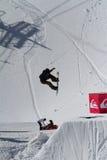 SOCHI, RUSIA - 22 DE MARZO DE 2014: El Snowboarder salta en el parque de la nieve, estación de esquí Fotos de archivo