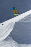 SOCHI, RUSIA - 22 DE MARZO DE 2014: El Snowboarder salta en el parque de la nieve, estación de esquí Imagen de archivo libre de regalías