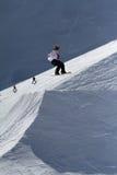 SOCHI, RUSIA - 22 DE MARZO DE 2014: El Snowboarder salta en el parque de la nieve, estación de esquí Fotografía de archivo libre de regalías
