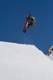 SOCHI, RUSIA - 22 DE MARZO DE 2014: El Snowboarder salta en el parque de la nieve, estación de esquí Fotografía de archivo