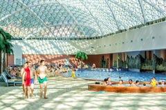 Sochi, Rusia - 2 de mayo de 2014: El parque del agua de la playa de la montaña en el centro turístico de Gorki Gorod permite que  Fotografía de archivo