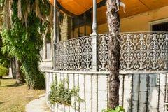 SOCHI, RUSIA - 18 DE SEPTIEMBRE 2012: el pórtico del casa-museo de Sergei Khudekov Foto de archivo libre de regalías