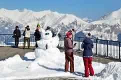 Sochi, Rusia, febrero, 27, 2016, estación de esquí Rosa Khutor La gente mira de las montañas de la plataforma de observación del  Fotografía de archivo libre de regalías