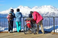 Sochi, Rusia, febrero, 29, 2016, estación de esquí Rosa Khutor La gente mira de las montañas de la plataforma de observación del  Foto de archivo libre de regalías