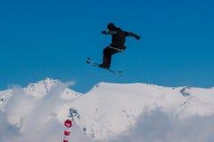 2017 04 Sochi, Rusia, festival NewStarCamp: el esquiador salta de un alto trampolín Imagen de archivo libre de regalías