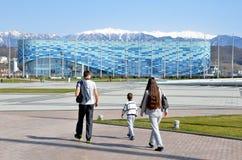 Sochi, Rusia, marzo, 01, 2016, gente que camina cerca del iceberg del palacio del hielo en el parque olímpico de Sochi Fotos de archivo libres de regalías