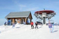 Sochi, Rusia, marzo, 01, 2016, gente que esquía en las cuestas en el complejo GAZPROM del esquí Imagen de archivo libre de regalías