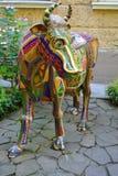 SOCHI/RUSSIAN联盟- 2014年7月:户外母牛的雕象 库存照片