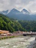 Sochi - russisches Feseration - 24. Juli 2017 - Damm des Flusses Mzymta im Erholungsort Rosa Khutor stockfotos