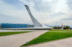 Sochi, Russland, April, 10, 2016: Eispalast und Olimpic-Flamme Lizenzfreie Stockbilder