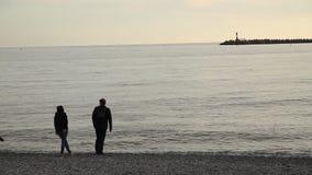 Sochi, Russland, am 23. April 2019 - Leute verbringen Zeit auf dem Strand Schwarzen Meers stock video