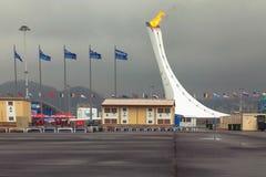 SOCHI, RUSSLAND - 21. FEBRUAR 2014: Die brennende olympische Flamme in Sochi Stockfotos