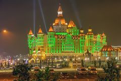 SOCHI, RUSSLAND - 21. FEBRUAR 2014: Hotel Bogatyr mit Nachtbeleuchtung Stockbild