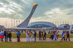 SOCHI, RUSSLAND - 21. FEBRUAR 2014: Leute an der olympischen Flamme in Sochi Lizenzfreie Stockfotos