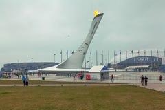 SOCHI, RUSSLAND - 21. FEBRUAR 2014: Olympische Flamme im olympischen Dorf Lizenzfreie Stockfotos