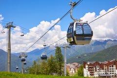 Sochi, Russland - 28. Juni: Drahtseilbahn in den szenischen Bergen Stockbilder