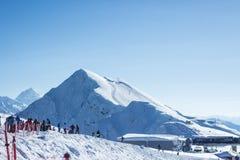 Sochi, Russland-Leuteskifahren und Snowboarding auf Skiort Rosa Khutor lizenzfreie stockbilder