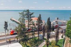 SOCHI, RUSSLAND, AM 10. MAI 2015: Ansicht Bahnhofs Matsesta und des runden Cafés Stockbild