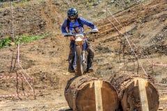 Sochi Ryssland - Augusti 16, 2014: Den Enduro mopedracerbilen övervinner på hinder på av-väg terrängspår på motocrosskonkurrens royaltyfri foto
