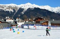 Sochi Ryssland, Februari, 29, 2016, folket som skidar på, skidar semesterorten Rosa Khutor Fotografering för Bildbyråer