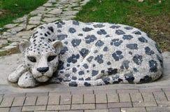 SOCHI RYSSLAND - FEBRUARI 2015: Skulptera leoparden i parkera Riviera i semesterortstaden av Sochi Fotografering för Bildbyråer