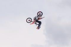 2017 04 Sochi, Ryssland, festival NewStarCamp: Motorcyklisten utför trick Royaltyfri Foto