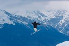 2017 04 Sochi, Ryssland, festival NewStarCamp: snowboarderen hoppar från en hög språngbräda Royaltyfri Foto