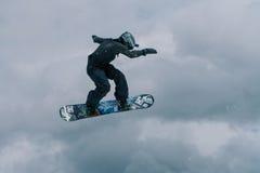 2017 04 Sochi, Ryssland, festival NewStarCamp: snowboarderen hoppar från en hög språngbräda Royaltyfri Fotografi