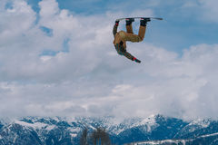2017 04 Sochi, Ryssland, festival NewStarCamp: snowboarderen hoppar från en hög språngbräda Royaltyfria Foton