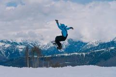 2017 04 Sochi, Ryssland, festival NewStarCamp: snowboarderen hoppar från en hög språngbräda Fotografering för Bildbyråer