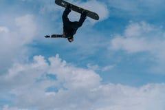 2017 04 Sochi, Ryssland, festival NewStarCamp: snowboarderen hoppar från en hög språngbräda Royaltyfri Bild